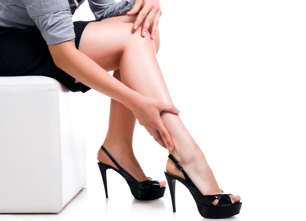 woman wearing black pumps